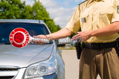 policjant lub policja w patrol zatrzymuje