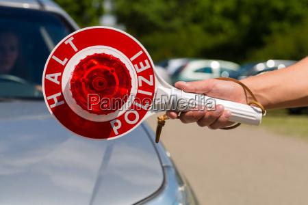 funkcjonariusz policji lub policyjny patrol zatrzymuje