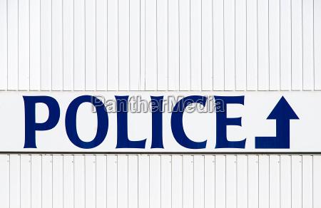 niebieski drogowskazy anglia belgia policjant kleinstadt
