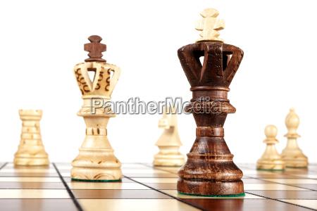 szachy na boisku krolowie stoja razem