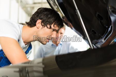 klient i mechanik w samochodzie spojrzec