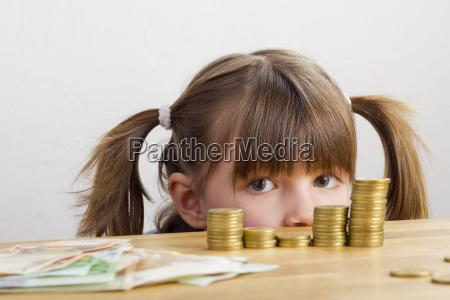 dziewczyna patrzy na wieze pieniadze