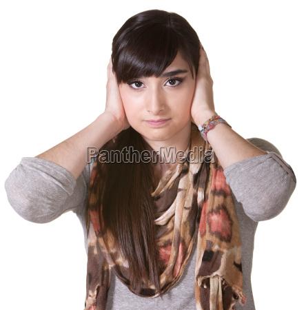 kobieta z rekami na uszy
