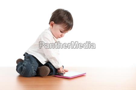 dziecko bawiace sie tabletem cyfrowym
