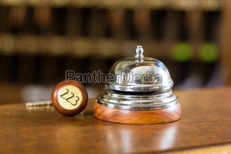 recepcja hotel dzwonek i klucz do
