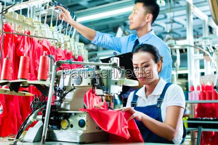 krawcowa i shift nadzorca w fabryce
