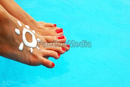 piekne kobiece nogi w basenie