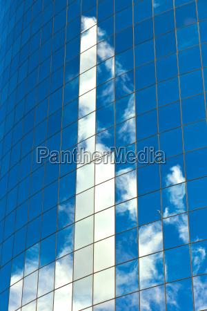 fasada wiezowca z odbiciem nieba