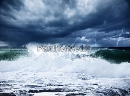 burza i piorun na plazy