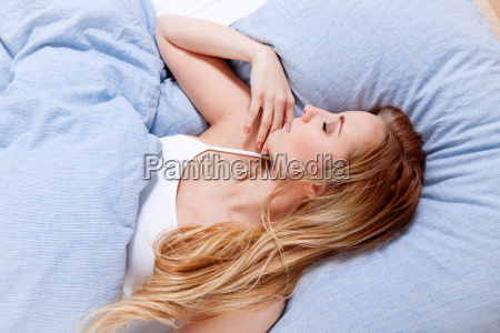 mloda Ladna blond kobieta spi na