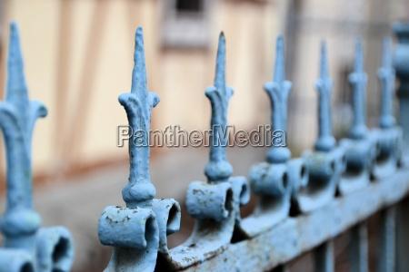 metalowe ogrodzenie przed domem