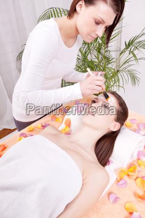 mloda brunetka kobieta ubrana w karmiaca