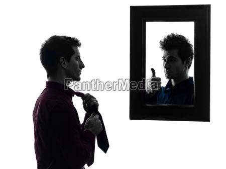 czlowiek przed swoim lustrem ubiera sylwetke