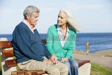 starszy kobieta pocieszajace przygnebiony maz siedzi