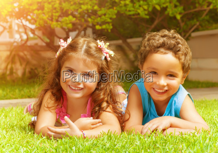 szczesliwe dzieci na zielonej trawie