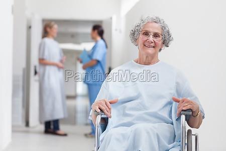 pacjenci w podeszlym wieku w korytarzu