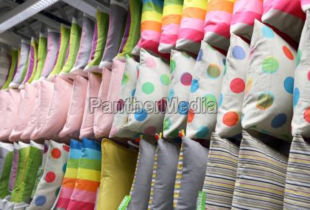 rzedy dekoracyjnych poduszek