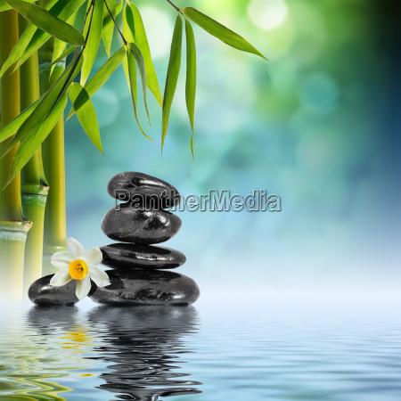 kamienie i bambusa na wodzie z