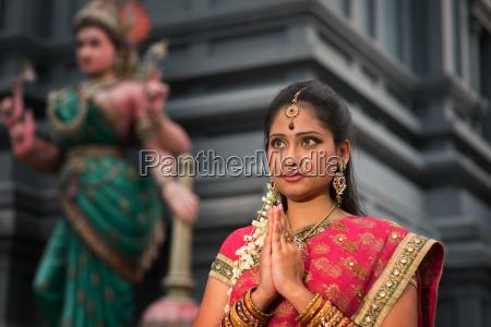 mloda indyjska kobieta modlac sie