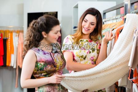 mlode kobiety zakupy w sklepie lub