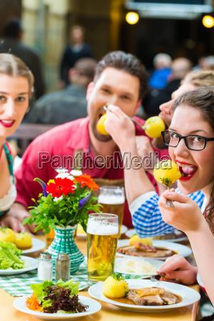 kobieta womane baba restauracja knajpa bayern