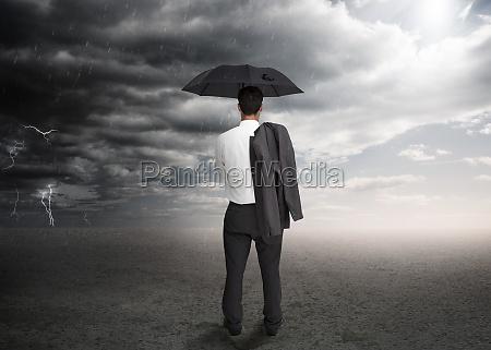 biznesmen gospodarstwa parasol