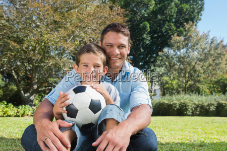 usmiecha sie tata i syn w