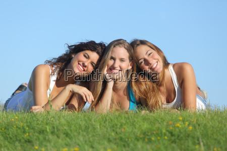 portret grupy trzech happy nastolatek usmiechniete