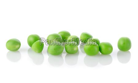 surowy zielony groszek wyizolowany