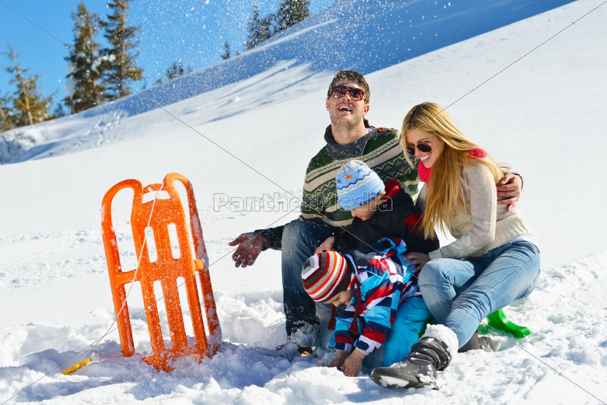 rodzina, bawią, się, na, świeżym, śniegu - 10196675