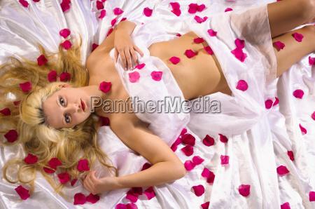 dziewczyna z platkow rozy