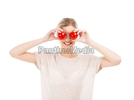 beaitiful kobieta z tomatos przed twarza