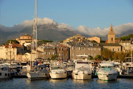 miasto portowe saint florent na korsyce