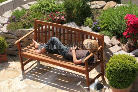 relaks na lawce w ogrodzie