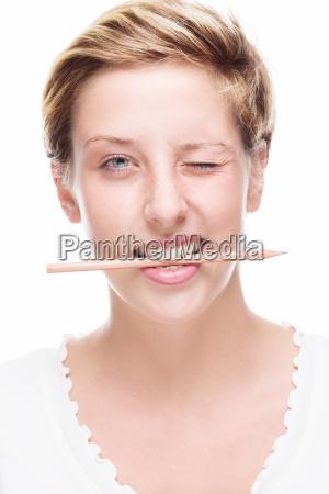 olowek poprzek w ustach