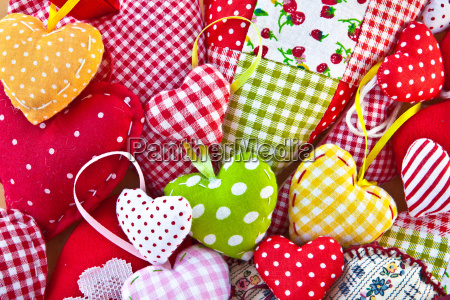 kolorowe serca wykonane z kolorowych tkanin