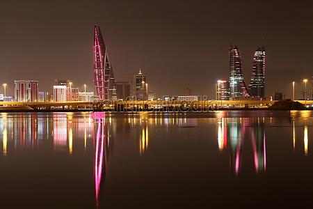 skyline z manama w nocy bahrajn