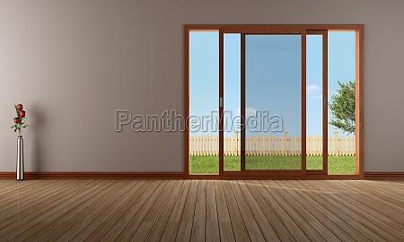 pusty salon z otwartym oknem przesuwnym