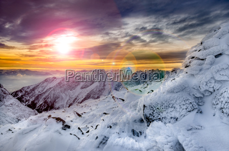 zim gory sceniczny widok z zamarznietym