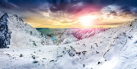 panoramiczny widok bialych zimowych gorach na
