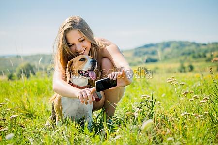 pies i kobieta wspolczesny swiat