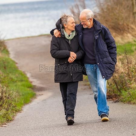 starsza szczesliwa para ma chodzic