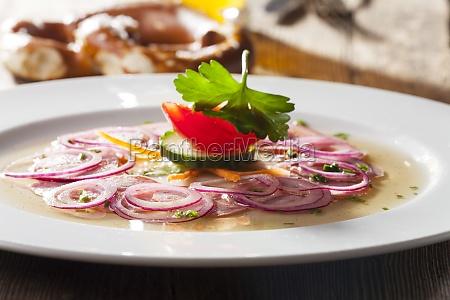 bavarian kielbasy salatka na drewnie