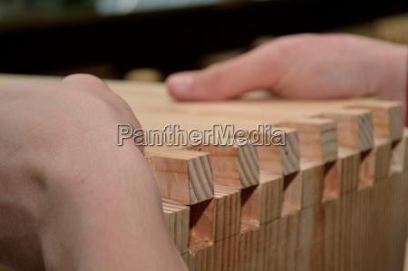 carpenter stosuje technike laczenia drewna