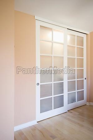 przesuwane drzwi szafy w kolorze brzoskwini