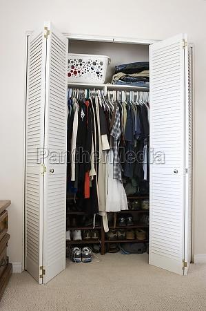 ubrania i buty w szafie san