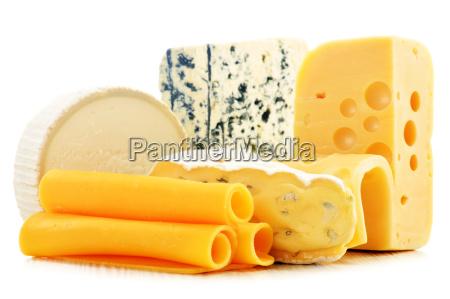 roznego rodzaju sery izolowane na bialym