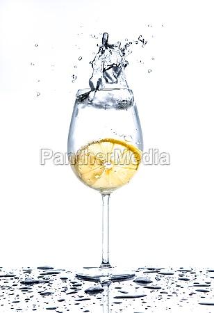 cytryny opryskania do szklanki wody na