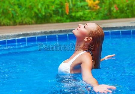 kobieta korzystajacych letnie wakacje