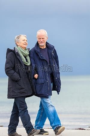 starszy dorosly szczesliwy para spacery na